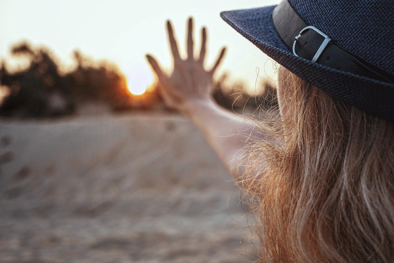 Frau mit Hut schaut in die Sonne als Sinnbild, wie so so den Weg zu ihrer Berufung findet