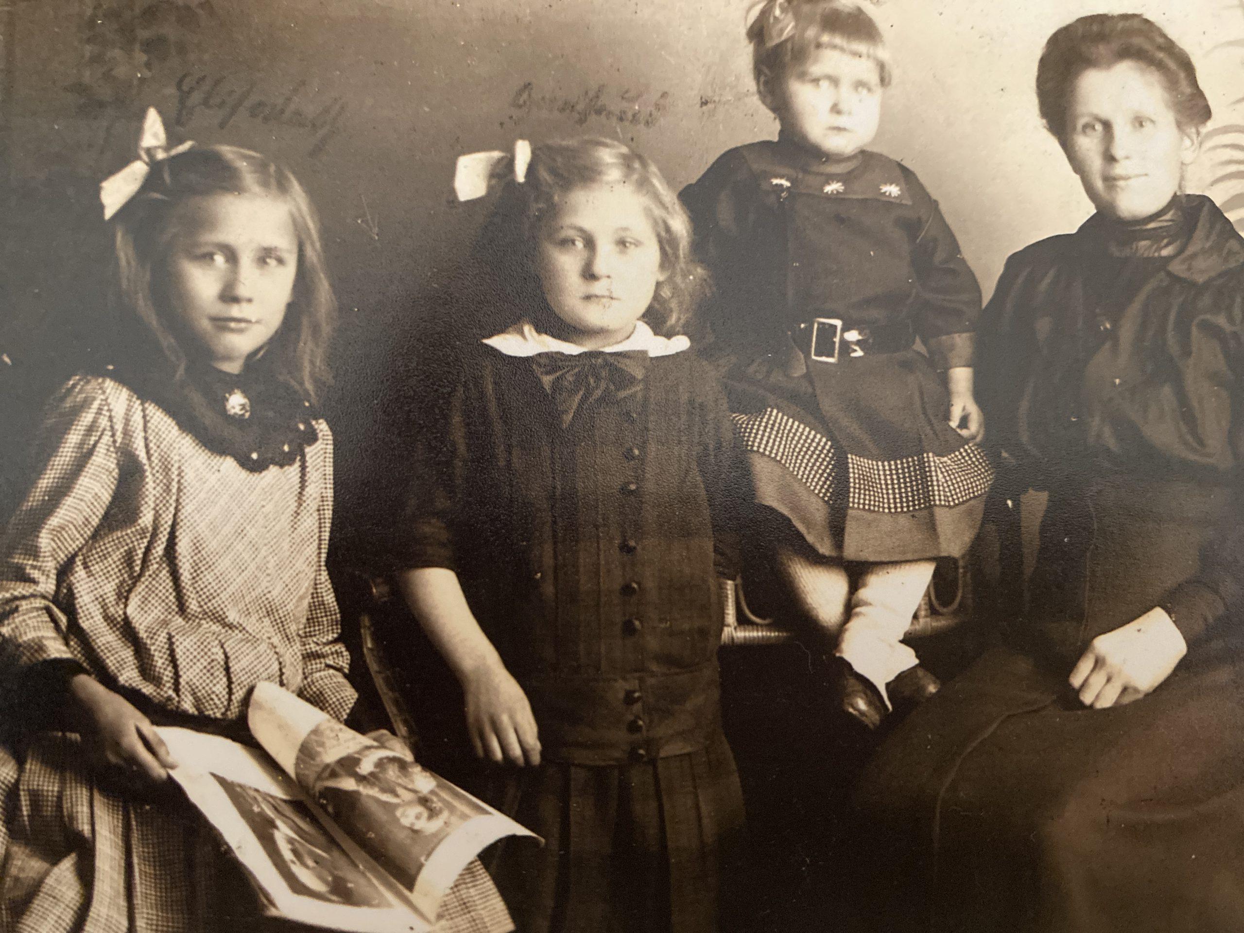 Familienbild mit drei Mädchen und der Mutter Anfang des 19. Jahrhunderts als Sinnbild für die Kraft der eigenen Wurzeln