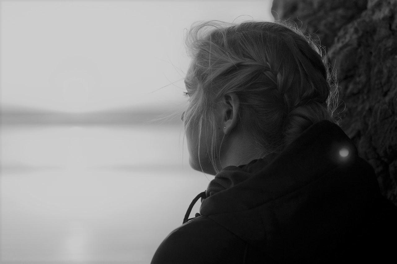 Junge Frau im Profil schaut in die Ferne und weiß nicht mehr, was sie jetzt tun soll