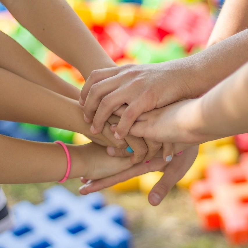 Hände übereinander als Sinnbild für stärkenorientierte Teamentwicklung mit DISG