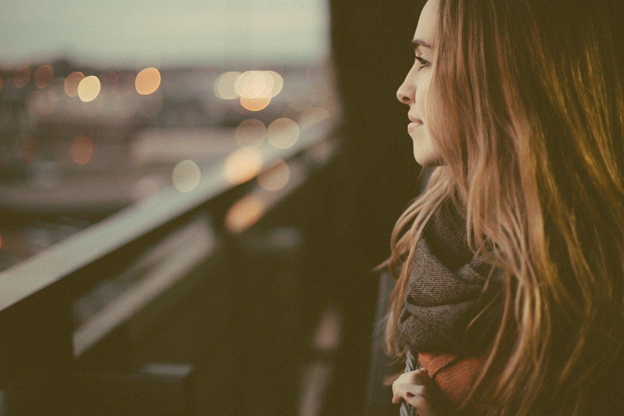 Frau auf einem Balkon wünscht sich die Wertschätzungsformel im Job