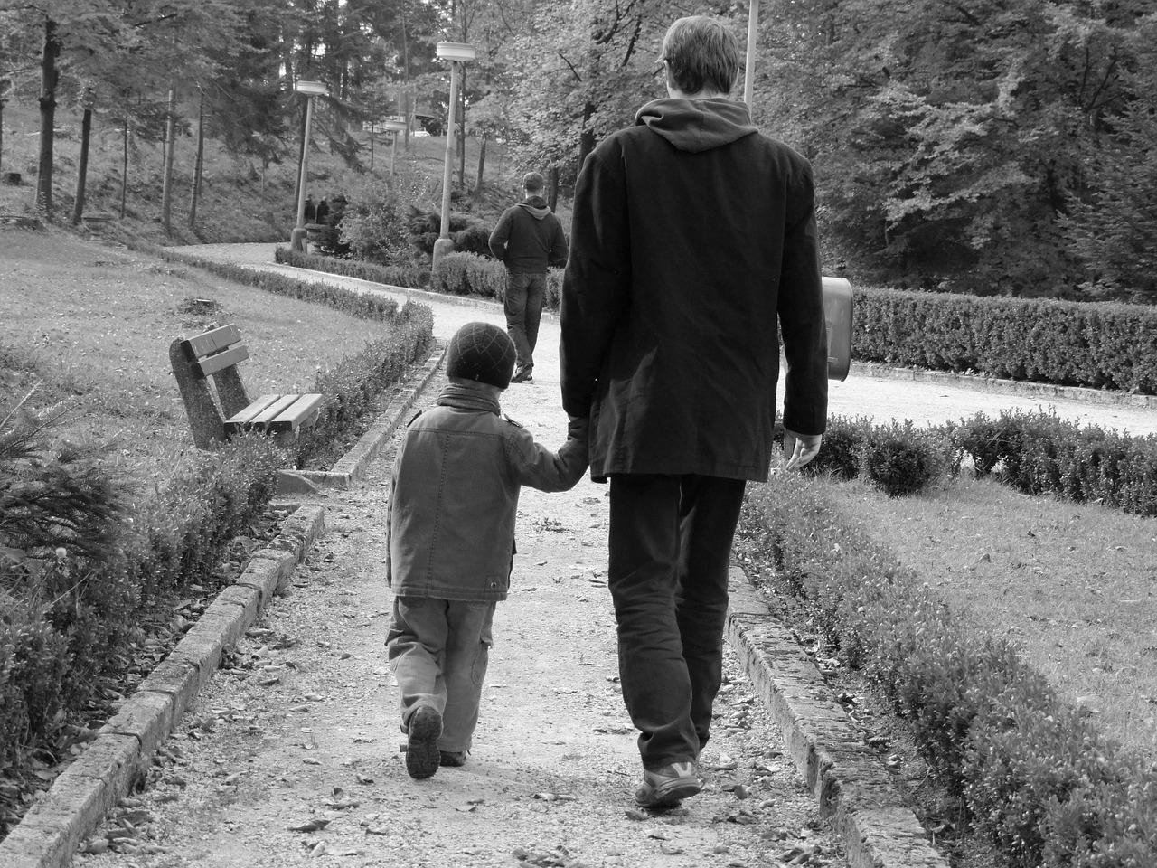 Vater mit einem Kind an der Hand als Sinnbild für das Erwachsenen-Ich