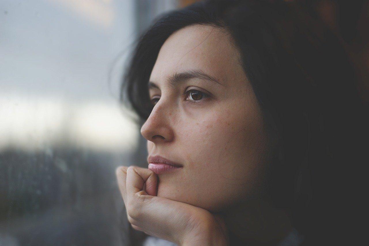 Junge Frau die über ihren inneren Kritiker nachdenkt
