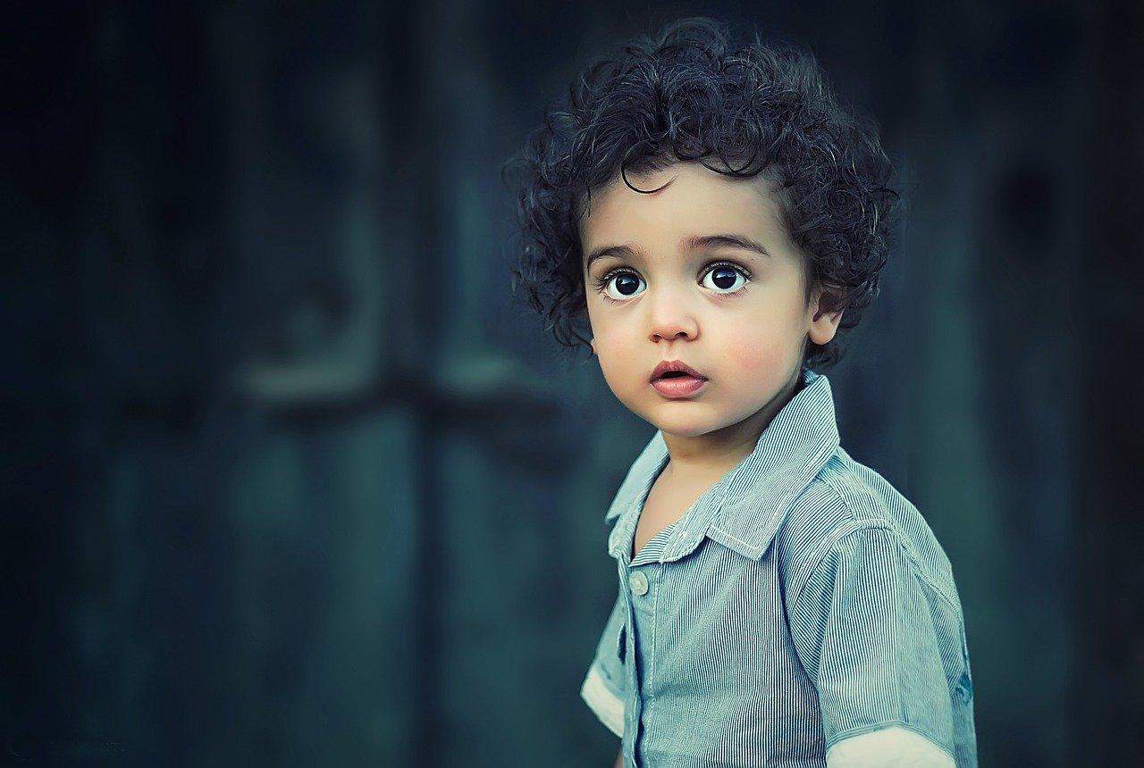 Ängstlich blickendes Kind als Sinnbild für das angepasste innere Kind