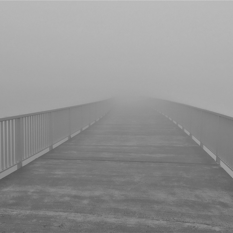 Brücke im Nebel als Sinnbild für Motivationssprüche für die Arbeit