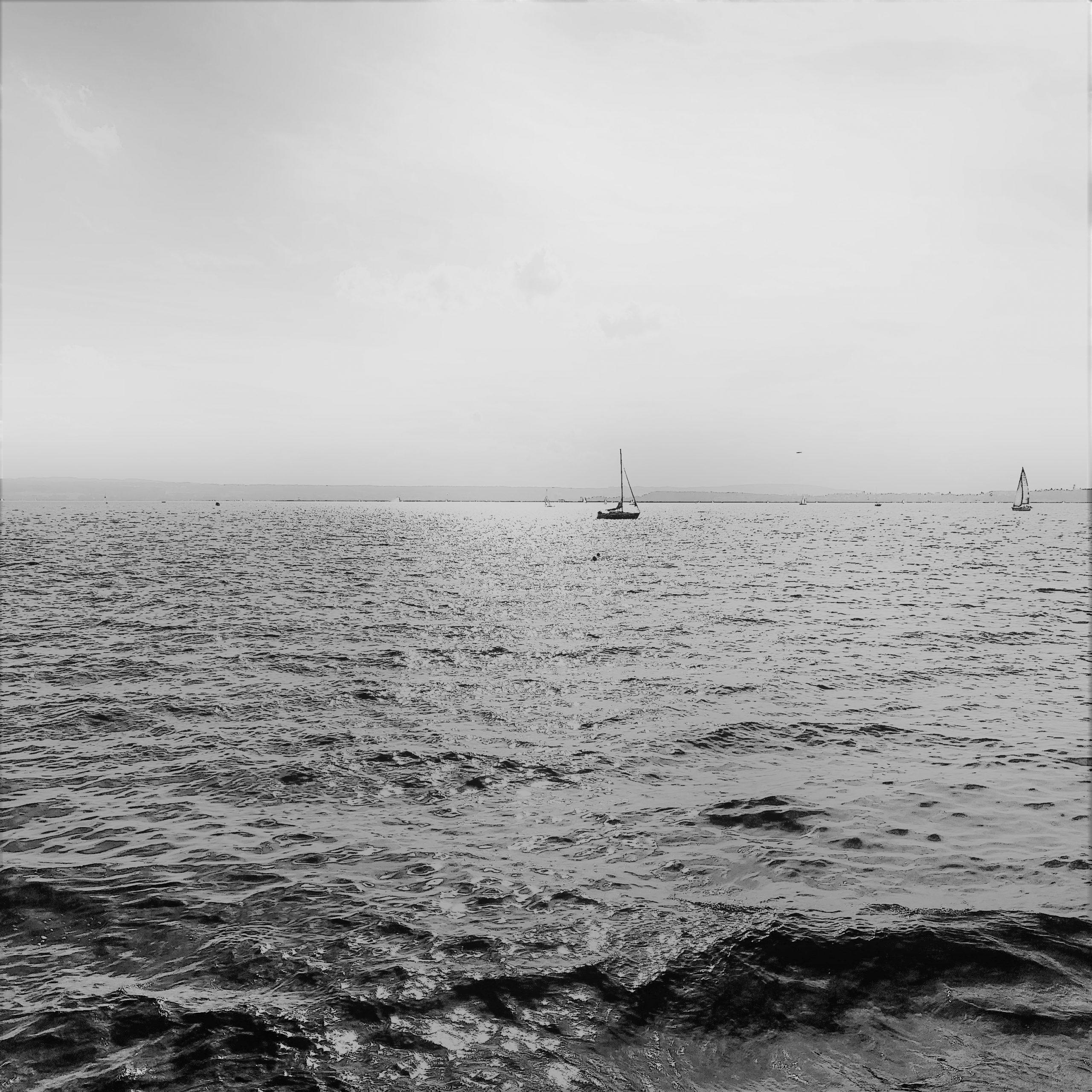 Segelboot auf dem Wasser ls Sinnbild für einen Motivationsspruch