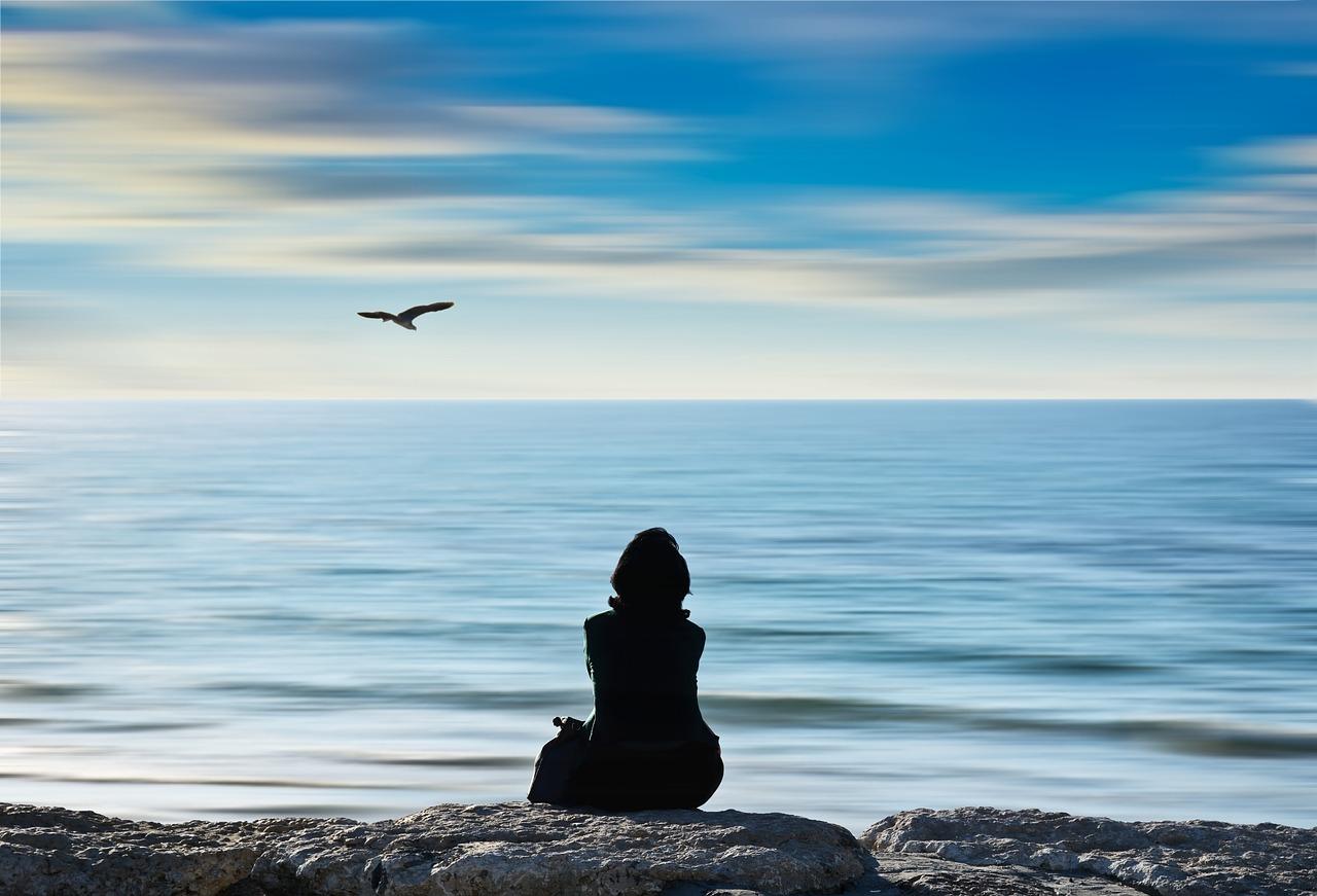 Frau am Strand als Sinnbild dafür wie du dein Warum fndest