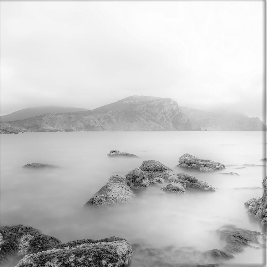 Wasser und Steine im Nebel ls Sinnbild für einen Motivationsspruch