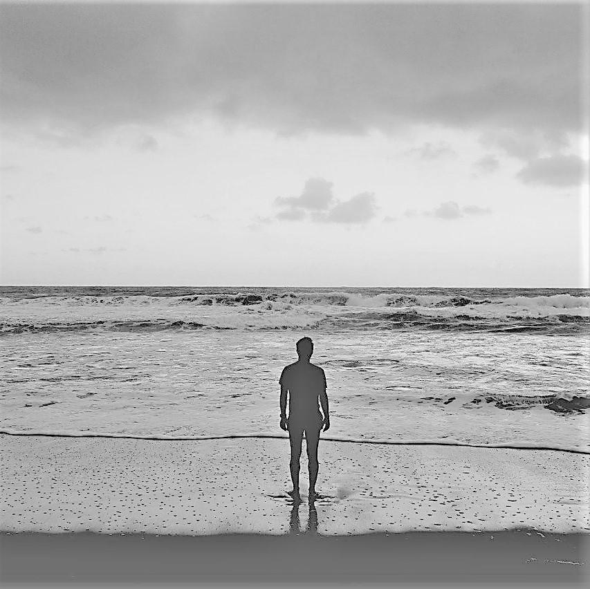 Mann am Strand ls Sinnbild für einen Motivationsspruch