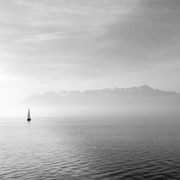 Segelboot im Licht ls Sinnbild für einen Motivationsspruch